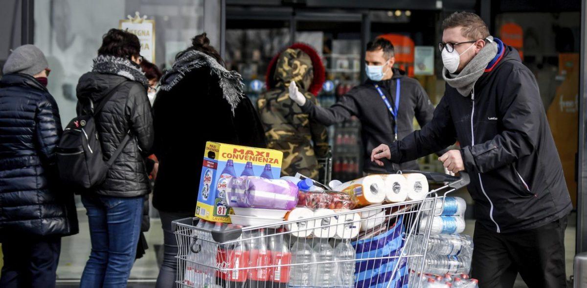Κοροναϊός: Οι καταναλωτές γεμίζουν τα καλάθια με αντισηπτικά και όσπρια