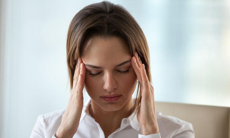 Πονοκέφαλος που δεν υποχωρεί: Με ποιες παθήσεις συνδέεται