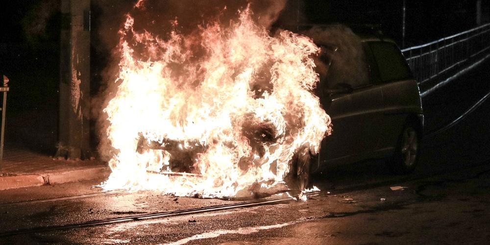 Απίστευτο: Οι αντιεξουσιαστές ζητούν από τους πολίτες να μην παρκάρουν δίπλα σε πολυτελή αυτοκίνητα γιατί τα… καίνε