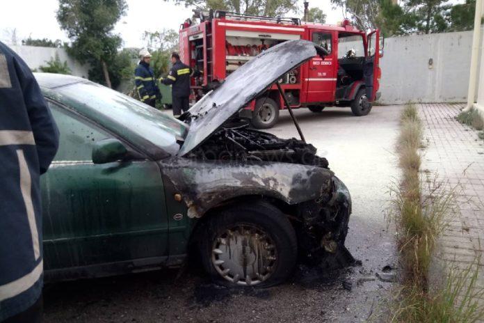 Φωτιά σε σταθμευμένο αυτοκίνητο κινητοποίησε την Πυροσβεστική