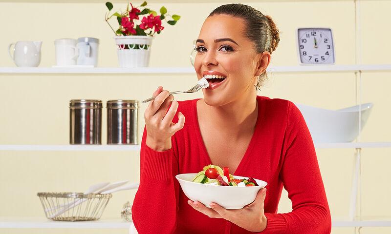 Οι αντιγηραντικές τροφές που πρέπει να καταναλώνουν οι άνω των 40 (βίντεο)
