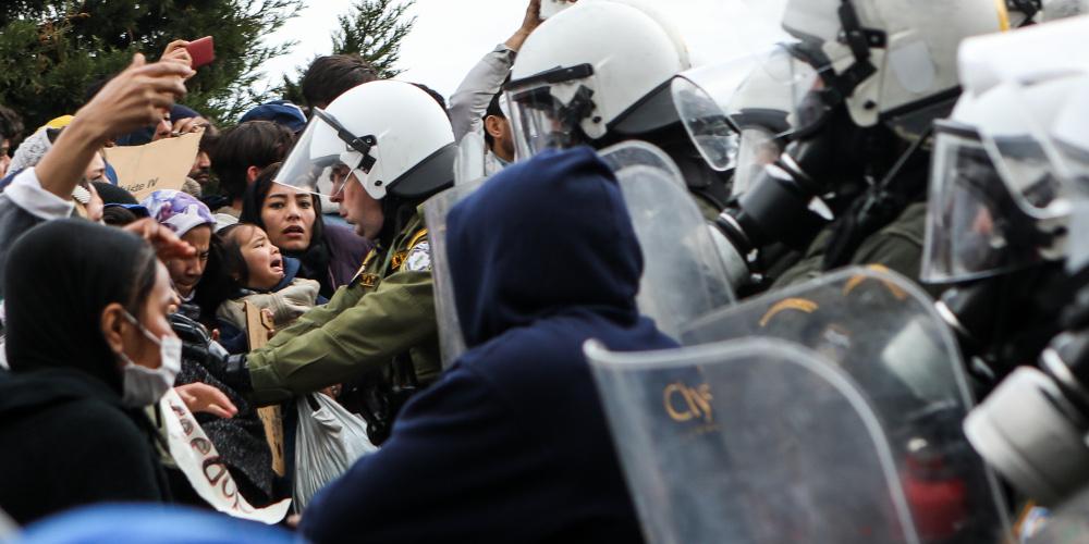 Δείτε live: Επεισόδια στις Καστανιές του Έβρου – Μάχη της ΕΛΑΣ με τους μετανάστες