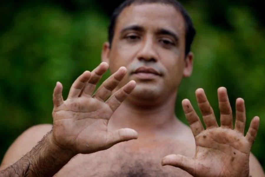 Ο Κουβανός που ζει μόνο από τα δάκτυλά του