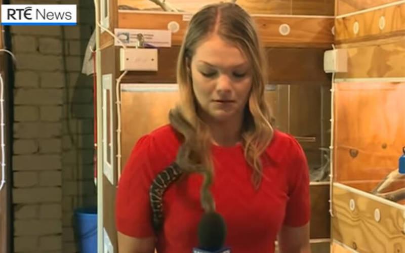 Δημοσιογράφος έκανε ρεπορτάζ με φίδι στους ώμους κι αυτό επιτέθηκε στο μικρόφωνό της