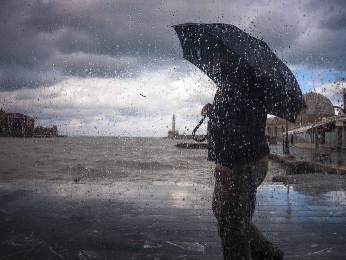 Καιρός: Απαραίτητη η ομπρέλα και σήμερα στην Κρήτη – Ισχυρές καταιγίδες και κρύο