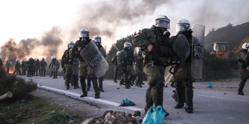 Επεισόδια, οδομαχίες και «μπλόκα» σε Λέσβο και Χίο για τα κλειστά κέντρα κράτησης μεταναστών