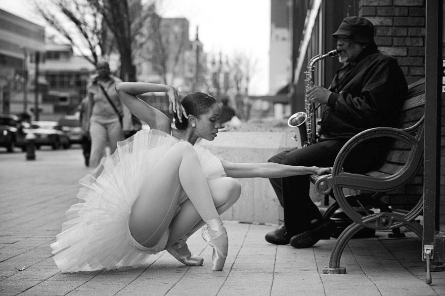Μπαλαρίνα διδάσκει χορό σε πεζοδρόμια φτωχογειτονιών και ο κόσμος υποκλίνεται