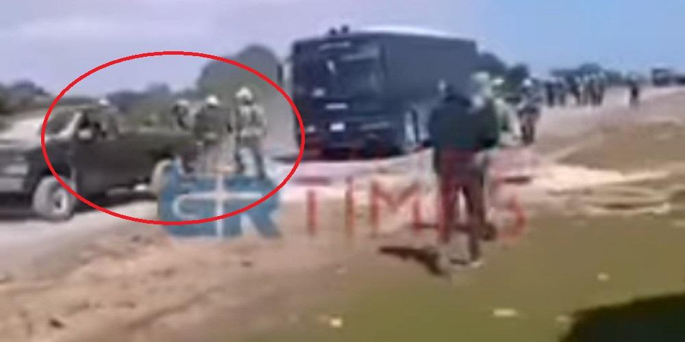 Βίντεο-σοκ: Οδηγός αγροτικού επιχειρεί να πατήσει άνδρες των ΜΑΤ