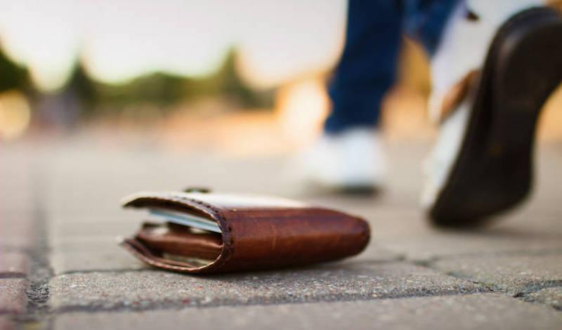Ορεστιάδα: Βρήκε στο δρόμο πορτοφόλι με τραπεζικές κάρτες και πήγε για ψώνια!