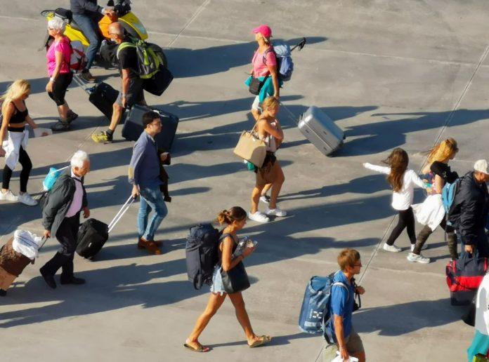 Ανησυχία και στον τουρισμό λόγω κορωνοϊού – Ξενοδόχοι: «Αν σταματήσει ο κόσμος να ταξιδεύει, τελειώσαμε»