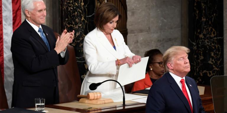 Ο Τραμπ δεν έδωσε το χέρι του στην Πελόζι στο Κογκρέσο -Του… απάντησε σκίζοντας την ομιλία του [βίντεο]