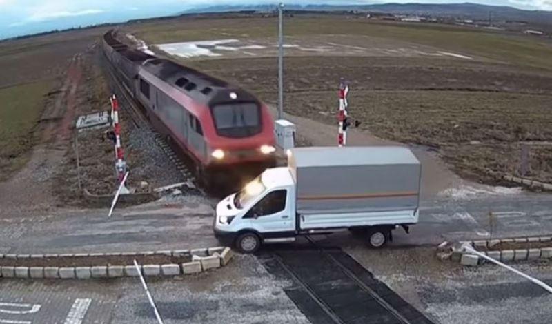 Τουρκία: Η στιγμή που τρένο κάνει κομμάτια φορτηγό (video)