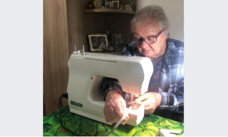 Συγκίνηση και ελπίδα – 83χρονη γιαγιά ράβει μάσκες για τους γιατρούς