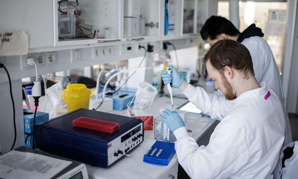 Πάμφθηνο γνωστό χάπι δοκιμάζεται στην Ελλάδα κατά σοβαρών βλαβών που προκαλεί ο Covid-19