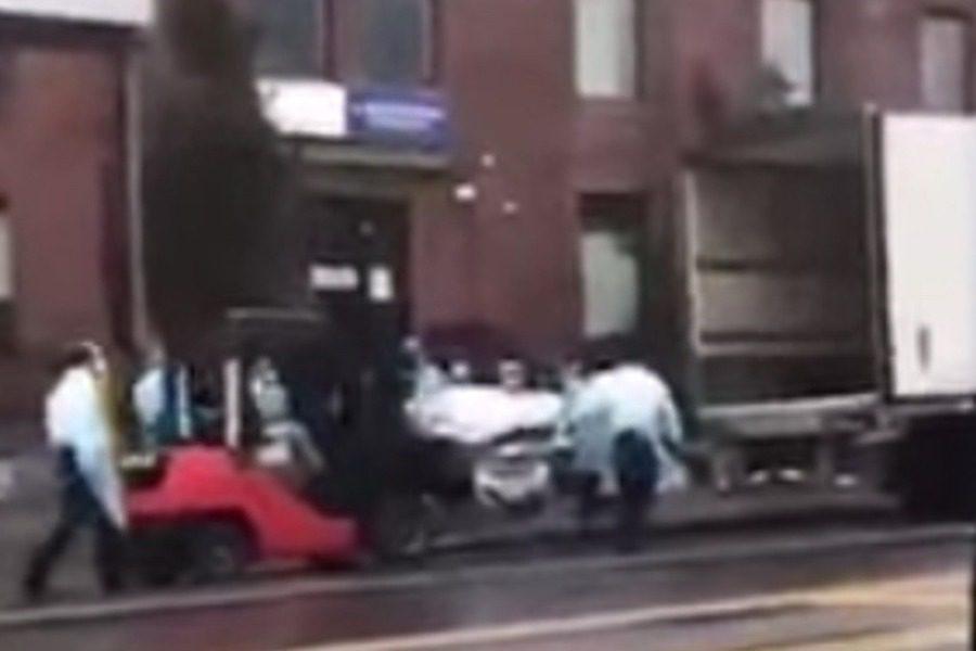 Εικόνες σοκ από τις ΗΠΑ: Με κλαρκ φορτώνουν πτώματα σε φορτηγά – ψυγεία