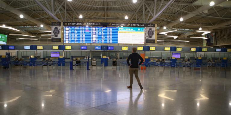 Η κυβέρνηση φοβάται διασπορά εισαγόμενων κρουσμάτων -Σκέψεις να «σφραγιστούν» όλα τα αεροδρόμια