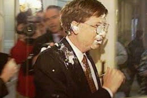 Όταν ο Bill Gates «έφαγε» μια τούρτα στην μούρη στις Βρυξέλλες