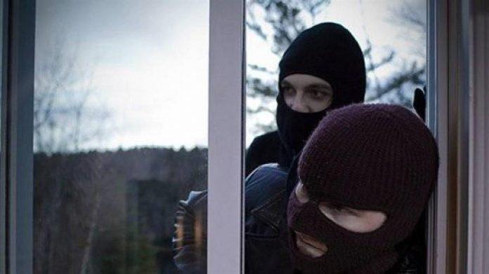 Μπούκαραν με κουκούλες, όπλα και μαχαίρια και έκλεβαν καταστήματα στο Ηράκλειο…