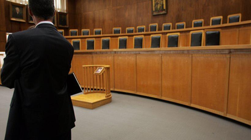 """""""Στα κάγκελα"""" και οι δικηγόροι: Αδικαιολόγητη η εξαίρεση μας από το μέτρο της επιδότησης των 800 ευρώ"""