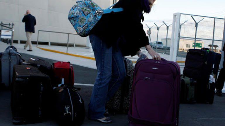 """Αεροδρόμιο Ηρακλείου: Άφιξη 4 επιβατών στην πύλη των αφίξεων του """"Νίκος Καζαντζάκης""""."""