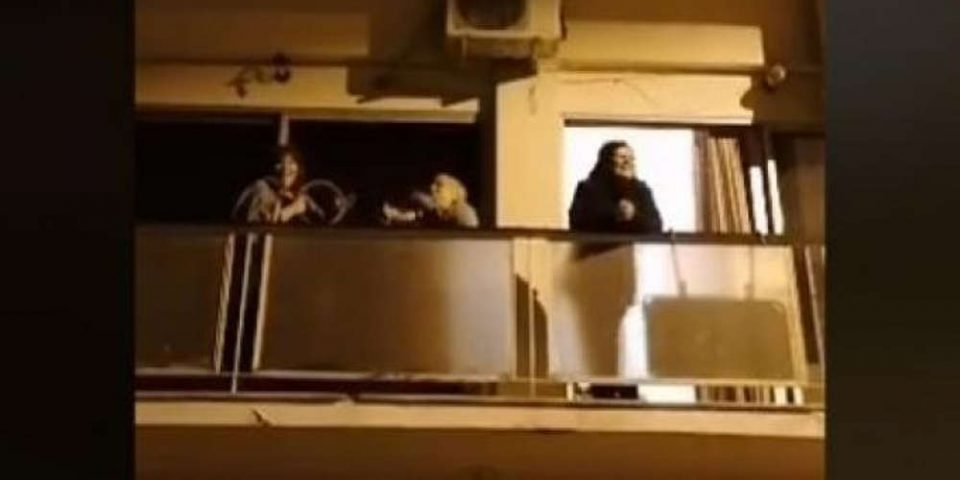 Viral οι γιαγιάδες στην Κυψέλη που βγήκαν στο μπαλκόνι για να τραγουδήσουν «Ο χάρος βγήκε παγανιά» [βίντεο]