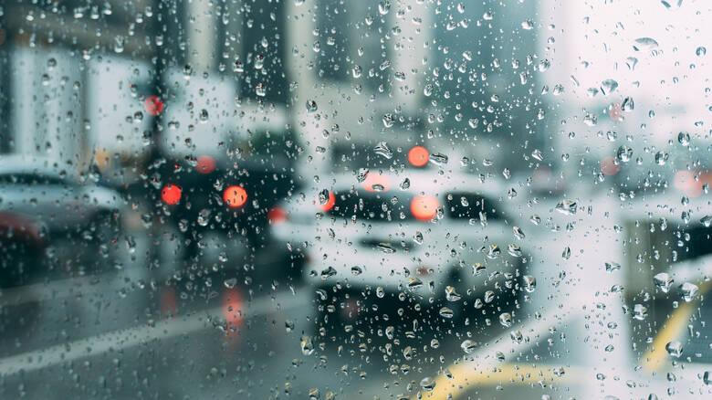 Καιρός: Βροχές και καταιγίδες την Κυριακή – Υψηλές συγκεντρώσεις σκόνης στην ατμόσφαιρα