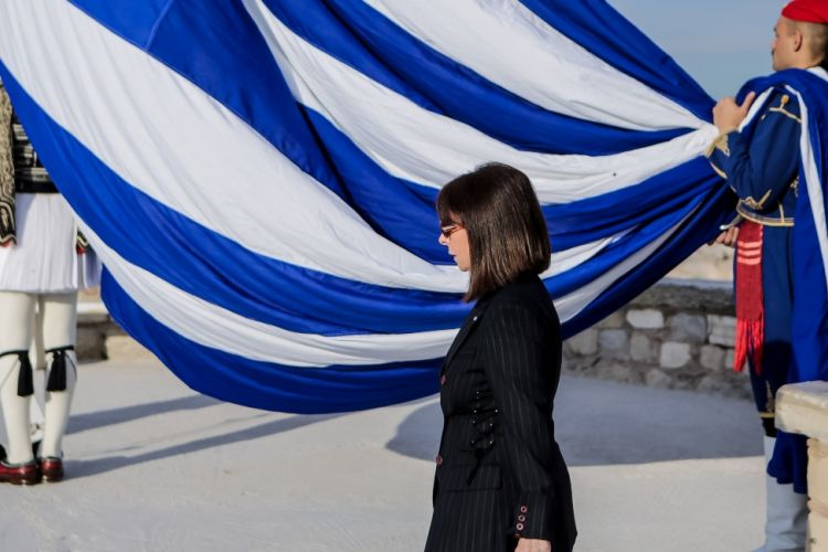 Η Κατερίνα Σακελλαροπούλου δίνει το μισό μισθό της για 2 μήνες