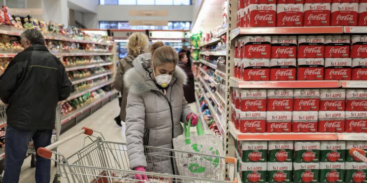 Κοροναϊός: Έβηξε σε σούπερ μάρκετ και πέταξαν προϊόντα 35.000 δολαρίων