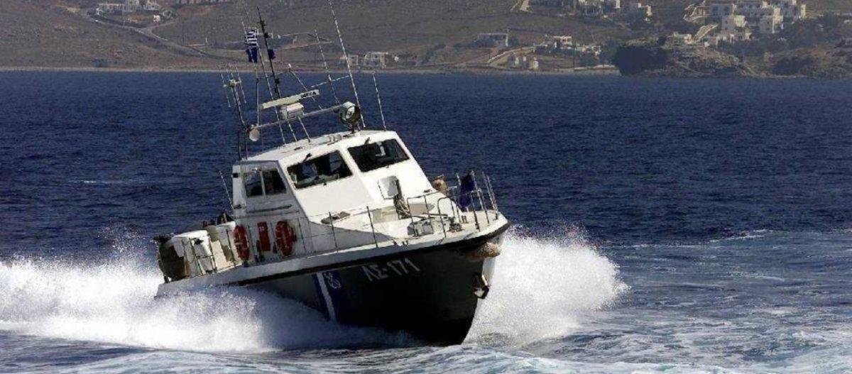 Σκάφος έπεσε πάνω στα βράχια! Συναγερμός στις δυνάμεις του Λιμενικού Σώματος, στον Άγιο Σώστη Σερίφου
