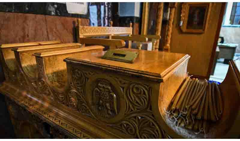 Λάρισα: Οι ιερόσυλοι βρήκαν λίγα τα χρήματα στο παγκάρι και τα… πέταξαν!