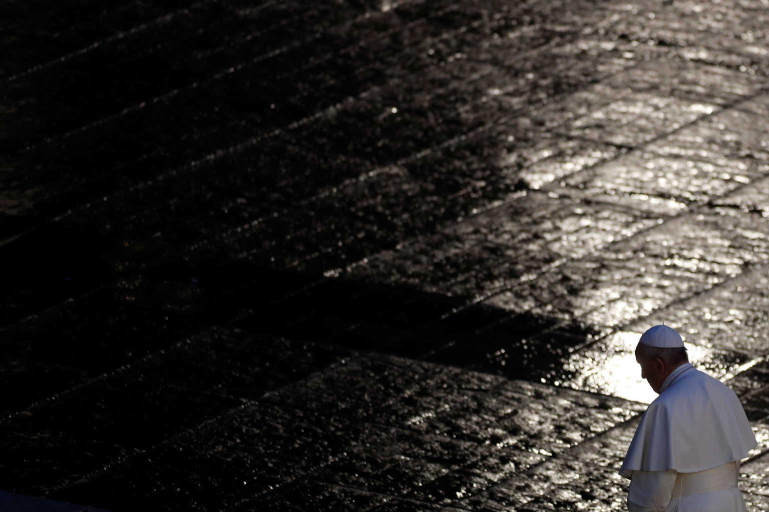 Ο Πάπας μόνος του με το Θεό: Συγκλονιστικές εικόνες