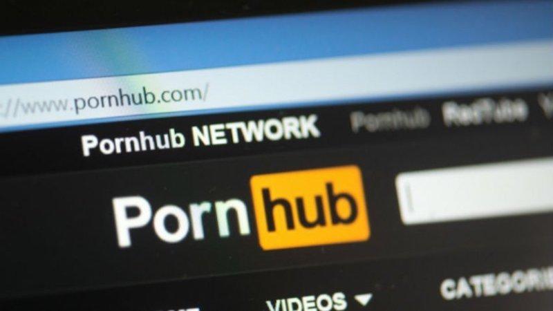 Το Pornhub κατηγορείται για βίντεο με βιασμούς και σεξουαλικές κακοποιήσεις