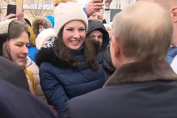 Νεαρή Ρωσίδα ζητάει από τον Πούτιν να την παντρευτεί