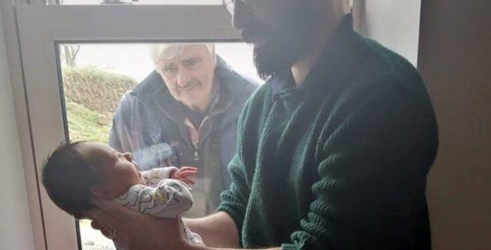 Η συγκλονιστική στιγμή που γνωρίζει το νεογέννητο εγγόνι του από το παράθυρο λόγω κοροναϊού