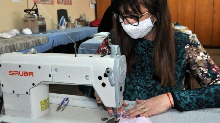 Γυναίκες από το Ηράκλειο φτιάχνουν μάσκες για ΠΑΓΝΗ -Βενιζέλειο