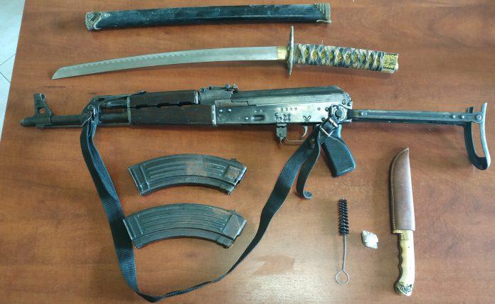 Έπιασαν… αρματωμένο! Είχε στην κατοχή ένα Kalasnikov και ολόκληρο οπλοστάσιο (pic)
