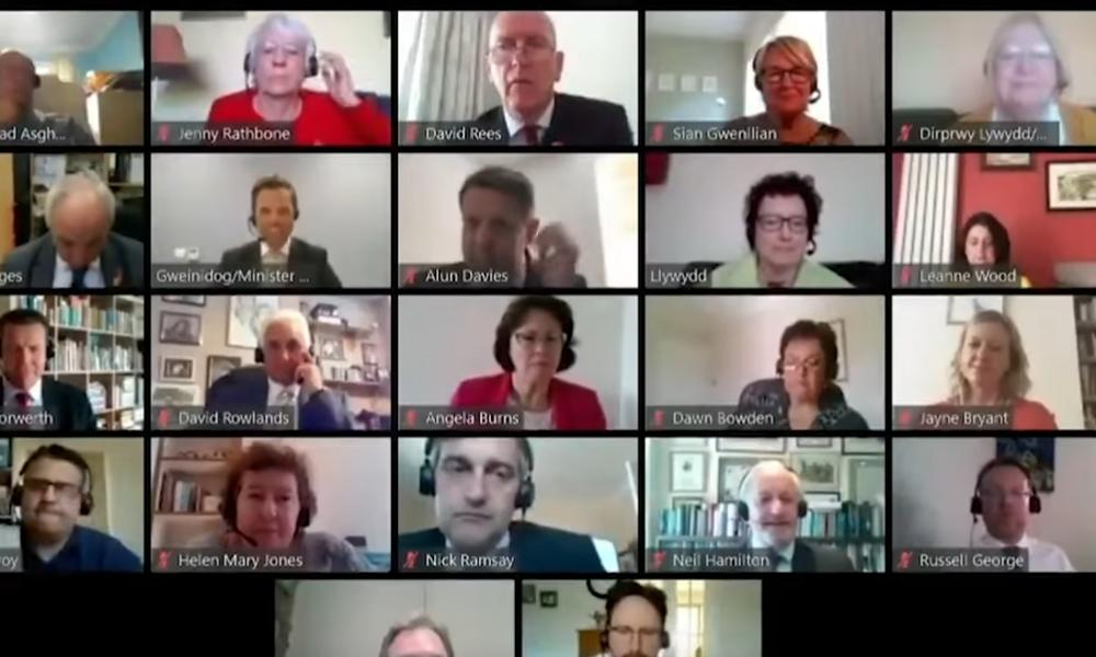 Ουαλία: Υπουργός ξέχασε ανοιχτό το μικρόφωνο σε τηλεδιάσκεψη – Όλοι άκουσαν το… φαρμακερό σχόλιό του (Video)