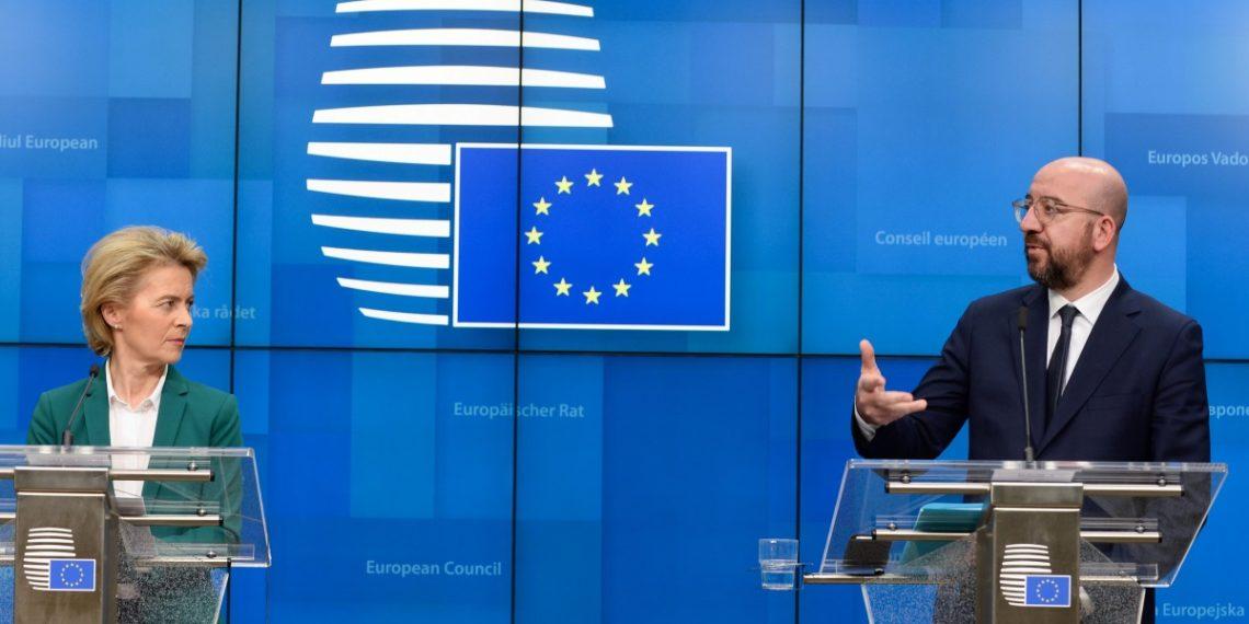 Στην υποβάθμιση της προοπτικής του ελληνικού τραπεζικού συστήματος σε σταθερό από θετικό προχώρησε η Μοody's, με τον οίκο να επικαλείται τις αρνητικές επιπτώσεις του κορωνοϊού στην ελληνική οικονομία, στις επιχειρήσεις και νοικοκυριά, ενώ δεν αποκλείει και αύξηση των επισφαλών δανείων.  Ο οίκος αξιολόγησης προχώρησε  παράλληλα και σε υποβάθμιση του outlook των κυπριακών τραπεζών σε θετικό από σταθερό, εξαιτίας του Covid-19. Σύμφωνα με τη Moody's, η ελληνική οικονομία αναμένεται να συρρικνωθεί φέτος -να θυμίσουμε ότι το ΔΝΤ προβλέπει ύφεση 10%- εξαιτίας της κρίσης που έχει προκαλέσει ο κορωνοϊός, γεγονός που θα επηρεάσει αρνητικά το ελληνικό τραπεζικό σύστημα και την κερδοφορία των τραπεζών. Ειδικότερα, «οι ταξιδιωτικοί περιορισμοί στην Ελλάδα θα επιφέρουν πλήγμα στον τουριστικό κλάδο, που αντιπροσωπεύει περίπου το 12% του ΑΕΠ της Ελλάδας», σημειώνει ο οίκος στην έκθεσή του.  Σε ξεχωριστή έκθεση, η Moody's είχε προειδοποιήσει ότι ο τραπεζικός κλάδος δεν θα  βγει αλώβητος από την κρίση. Σε μία πρώτη αποτίμηση ο οίκος Moody's σημείωνε ότι θα επιβραδυνθούν σημαντικά τα σχέδια των ελληνικών τραπεζών για τις τιτλοποιήσεις κόκκινων δανείων, ενώ θα επιδεινωθεί και η ποιότητα του ενεργητικού.  Η Moody's προβλέπει ύφεση φέτος και για την κυπριακή οικονομία, «αντιστρέφοντας την τάση σταθερής μείωσης των προβληματικών δανείων, πλήττοντας την κερδοφορία των κυπριακών τραπεζών», υπογραμμίζεται στην έκθεση. Ειδικά στην περίπτωση της Κύπρου, «τα δημοσιονομικά και νομισματικά μέτρα στήριξης θα περιορίσουν μακροπρόθεσμα τις αρνητικές οικονομικές επιπτώσεις σε επιχειρήσεις και νοικοκυριά», εκτιμά ο οίκος.