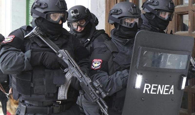 Σοβαρό επεισόδιο: Εισβολή της αντιτρομοκρατικής υπηρεσίας σε σπίτια στη Χειμάρρα- Τους ενόχλησε η τοποθέτηση Σταυρού