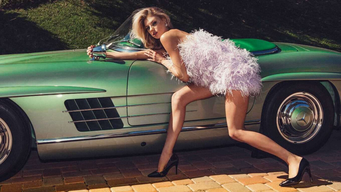 Η Charlotte McKinney μπαίνει στο αυτοκίνητο μόνο για να φωτογραφηθεί