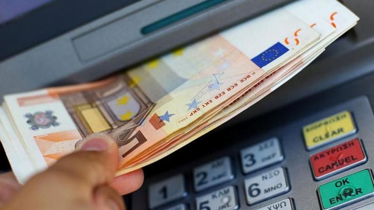 Άρχισαν να πιστώνονται οι λογαριασμοί των δικαιούχων με τα 800 ευρώ