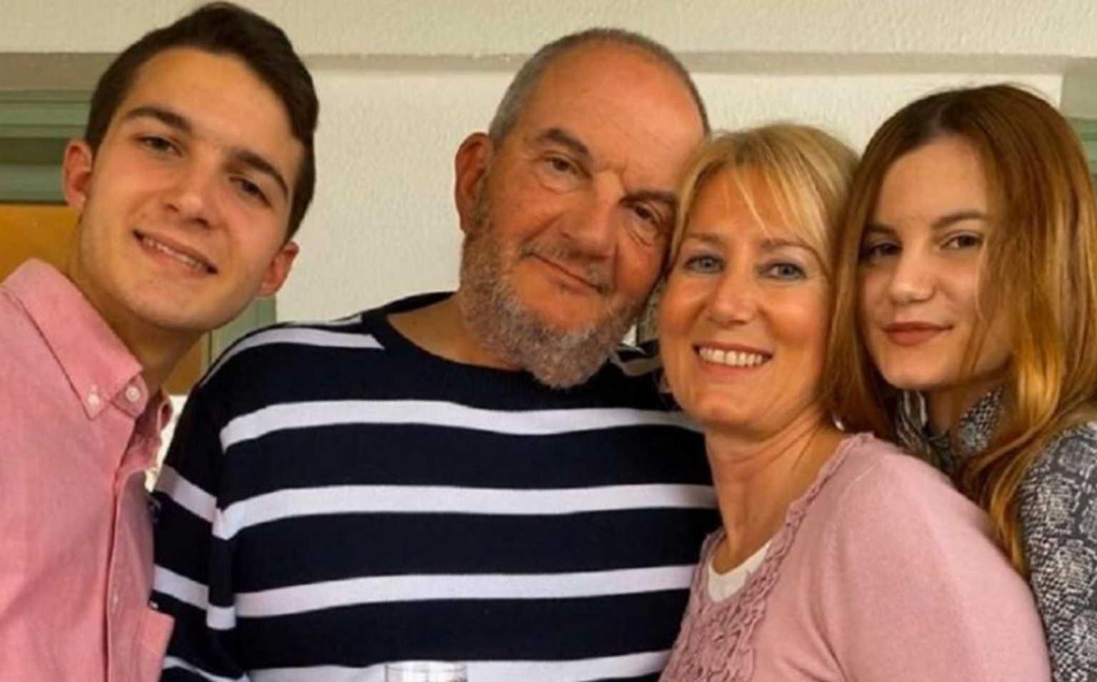 Αγνώριστος ο Κώστας Καραμανλής – Αδυνατισμένος και με μούσι ποζάρει με την Νατάσα Παζαΐτη και τα παιδιά τους