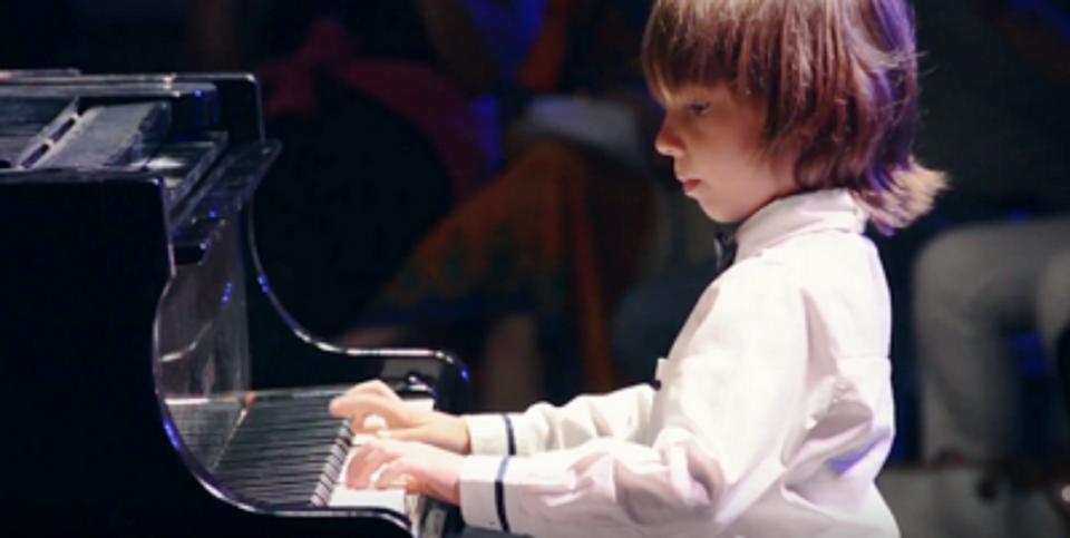 Στέλιος Κερασίδης: Ο 7χρονος συνθέτης του «βαλς της απομόνωσης» μιλά στον ΕΤ