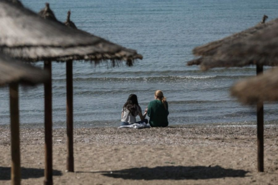 Διακεκριμένος Ελληνας γενετιστής προβλέπει πότε θα αρχίσουν τα μπάνια στη θάλασσα
