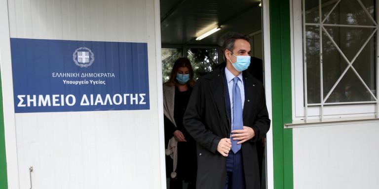 Ο Κυριάκος Μητσοτάκης με μάσκα επισκέφθηκε το νοσοκομείο «Σωτηρία»