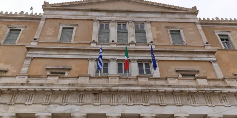 Η ιταλική σημαία στην ελληνική Βουλή ως ένδειξη συμπαράστασης – Θα φωταγωγηθεί και το κτήριο