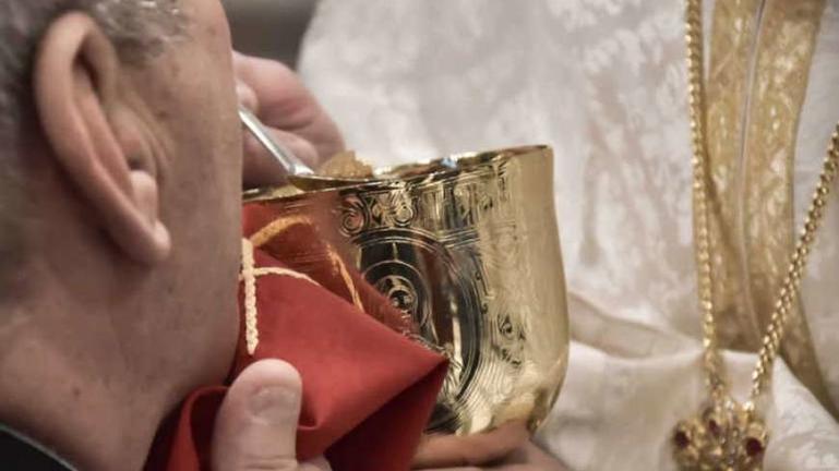 Σχηματίστηκαν δικογραφίες για τα περιστατικά με τους ιερείς που πρόσφερα τη Θεία Κοινωνία