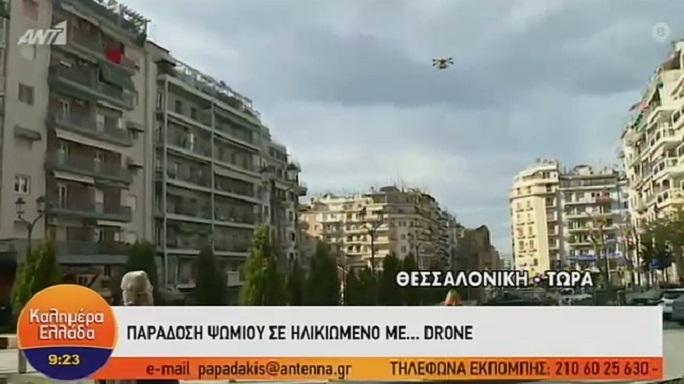 Παράδοση ψωμιού σε ηλικιωμένο με… drone! Σε ποιο σημείο της Ελλάδας έγινε σήμερα το πρωί…