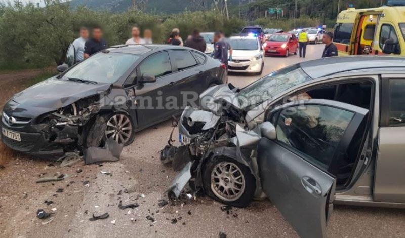 Λαμία: Έπεσε πάνω σε αυτοκίνητο με οικογένεια