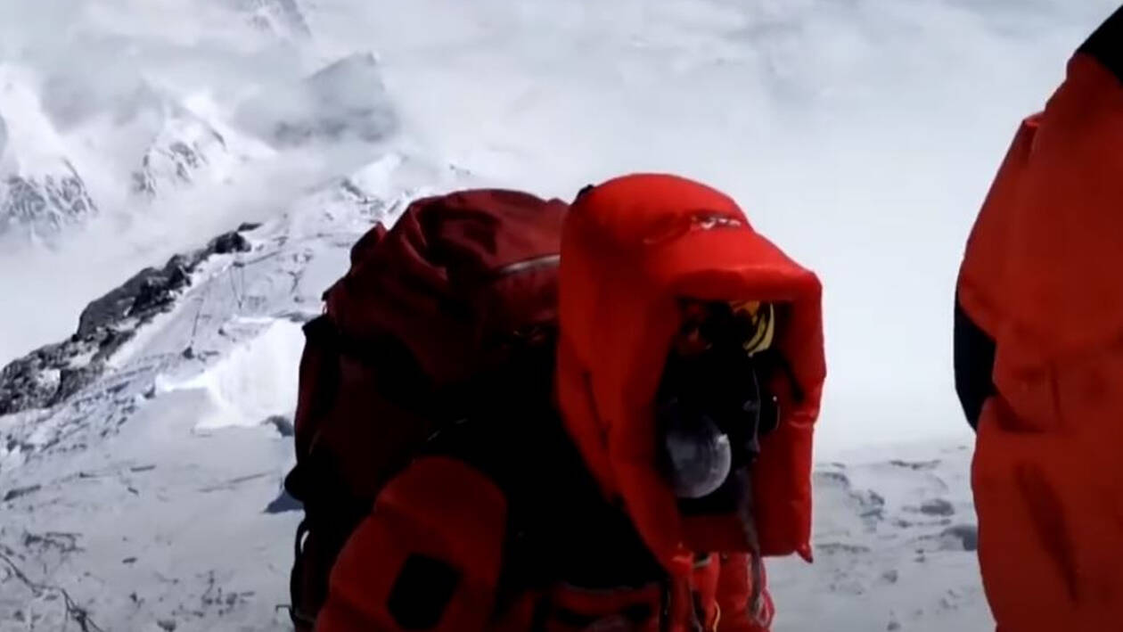Έβερεστ: Η πρώτη ομάδα που έφτασε στην κορυφή εν μέσω κορωνοϊού για να μετρήσει το ύψος του
